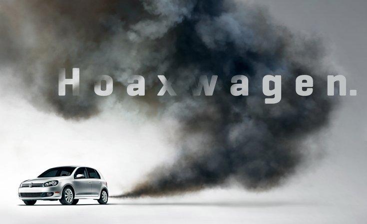 """füstöt okádó Volkswagen, a háttérben """"hoaxwagen"""" felirattal"""