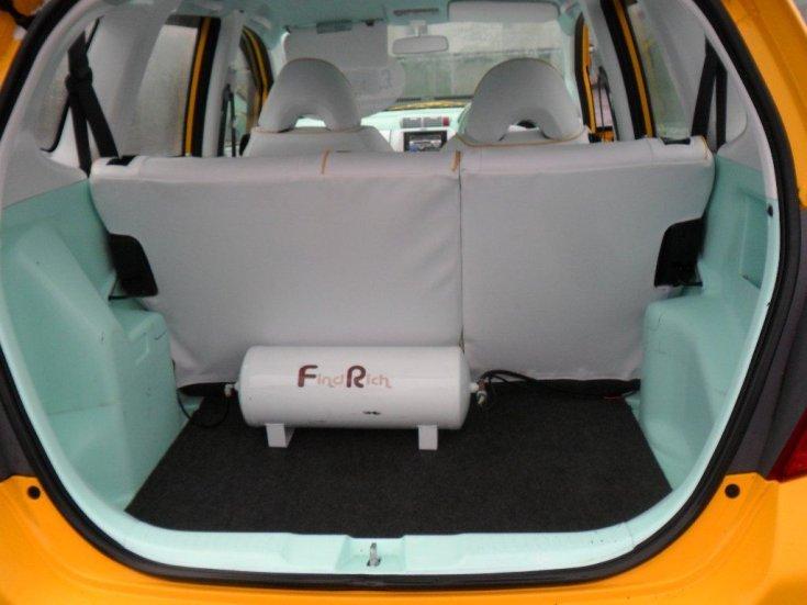 Honda Jazz csomagtartójában kompresszor