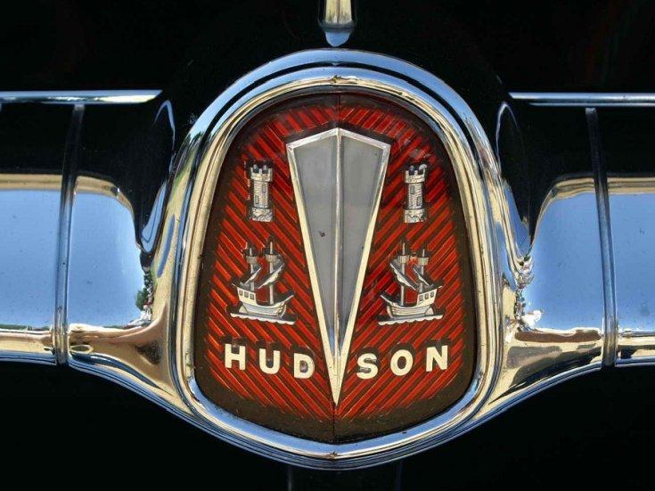 Hudson Motor Corporation, Hudson logó, ezüst, króm, vörös háttér, elölnézet, szemből