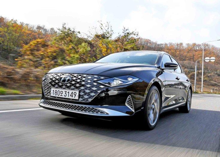2020-as modellévű Hyundai Grandeur egy országúton, szemből, oldalról