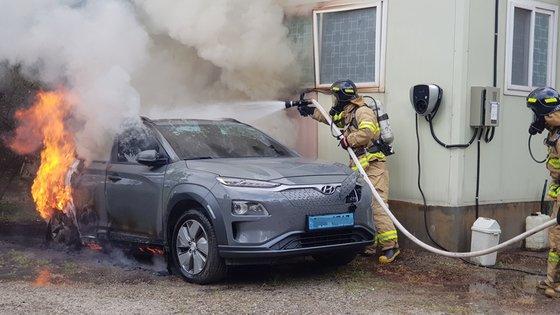 Kigyulladt Hyundait oltanak a tűzoltók
