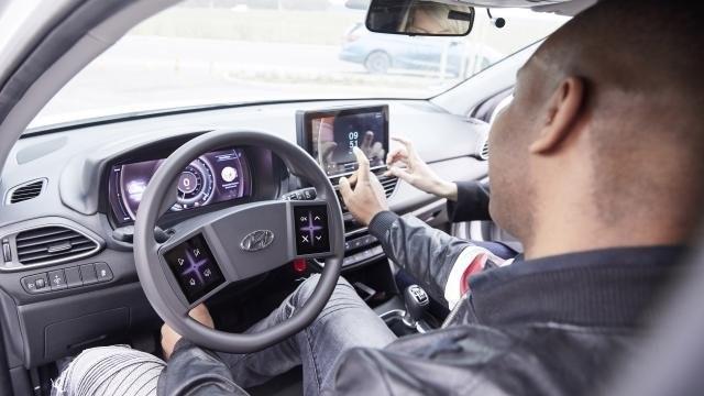 a sofőr és utatsa az infotainment képernyőt használja