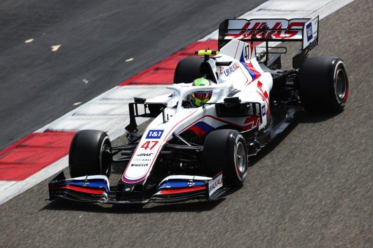 A Haas 2021-es konstrukciója menet közben Mick Schumacherrel a volánnál