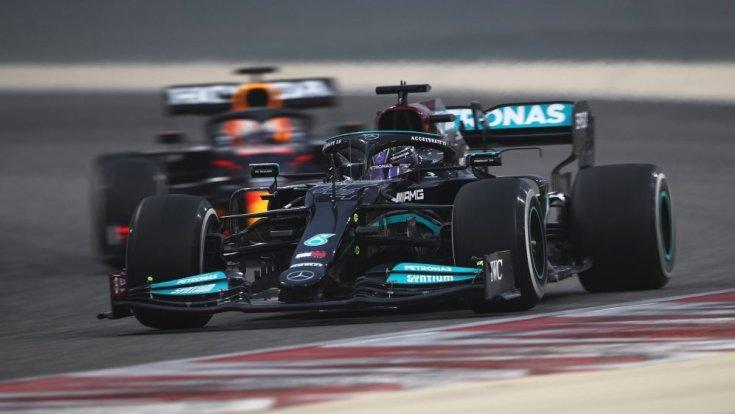 Hamilton a Mercedesszel háttérben Verstappen a Red Bullal