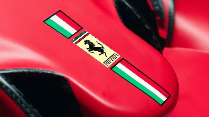 A Scuderia Ferrari 2021-es autója, az SF21-es autójának orra közelről