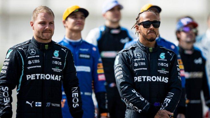 A versenyzők a szezon rajt előtti fotózáson szemből, előtérben Hamilton