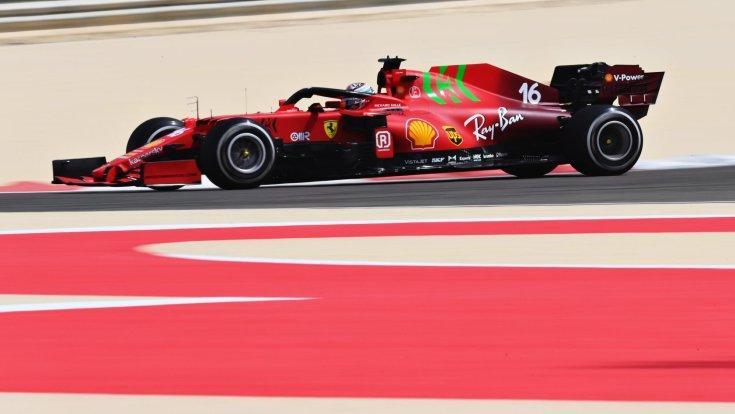 Charles Leclerc a Ferrarival menet közben oldalról