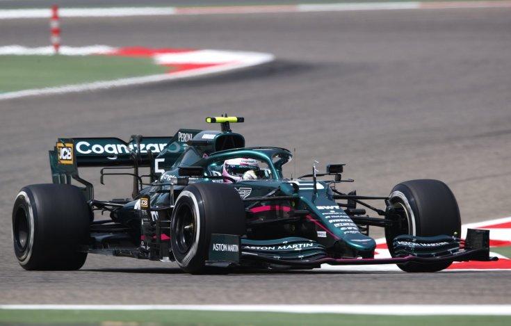 Sebastian Vettel az Aston Martinban menet közben