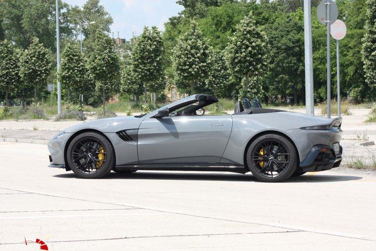 Aston Martin Vantage oldalról