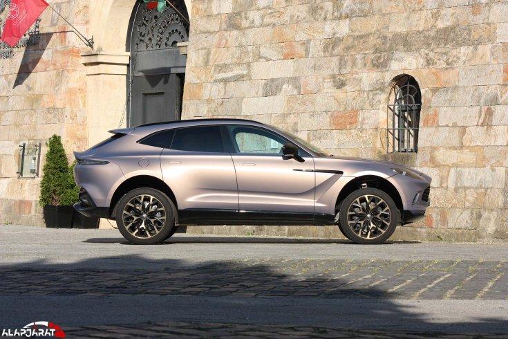 Aston Martin DBX oldalról