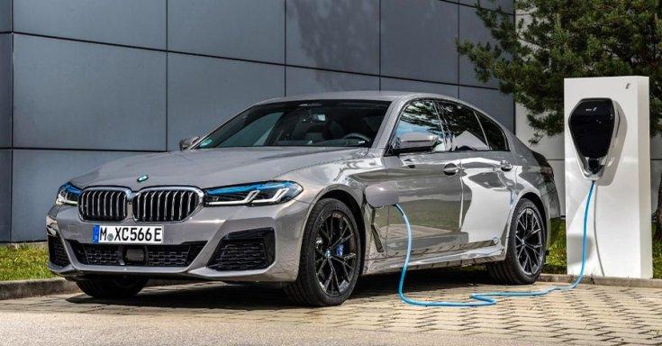 plug-in hibrid BMW szemből, töltés közben
