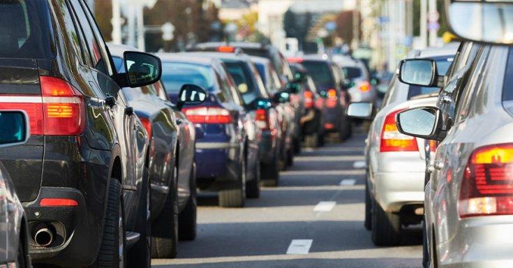 autók állnak a dugóban