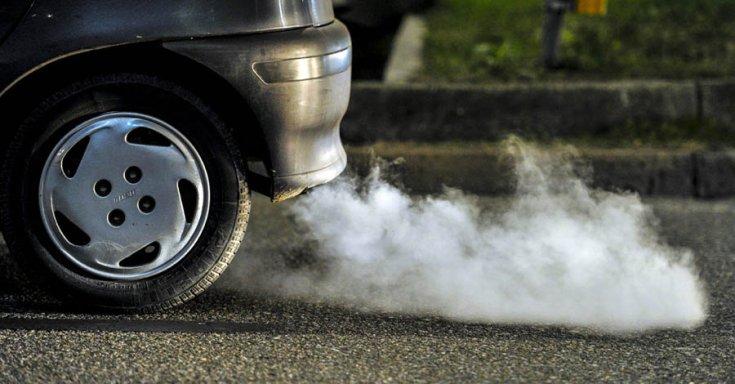 autó kipufogója füstöt okád