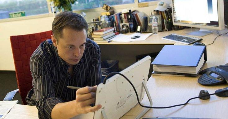 Elon Musk munka közben