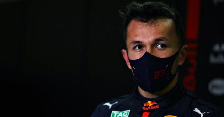 Alex Albon még a Red Bull színeiben egy interjú közben