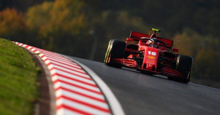 2020-as Ferrariban Charles Leclerc egy pályán szemből menet közben