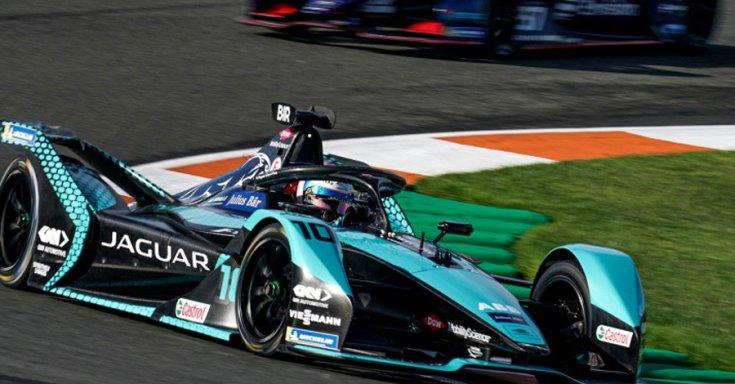Formula-E bajnokság versenyén egy Jaguar elektromos versenyautó