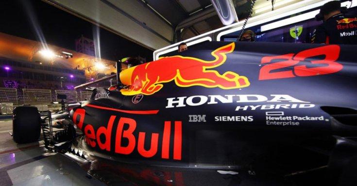 Red Bull Honda autó indul a garázsból, oldalról
