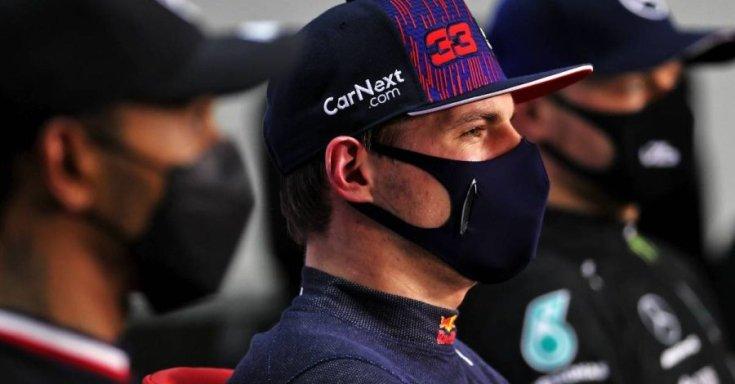 Max Verstappen Lewis Hamilton és Valtteri Bottas között egy sajtóeseményen