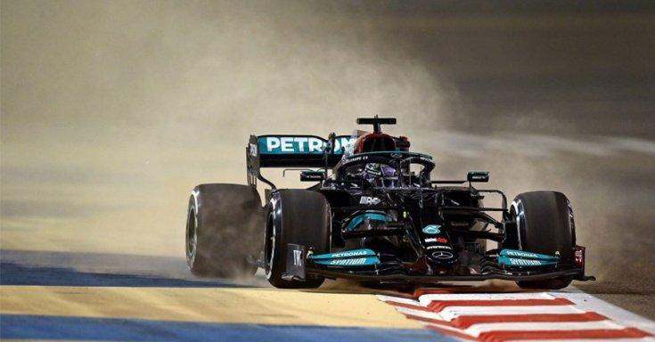 Lewis Hamilton a Mercedesszel a bahreini teszten menet közben