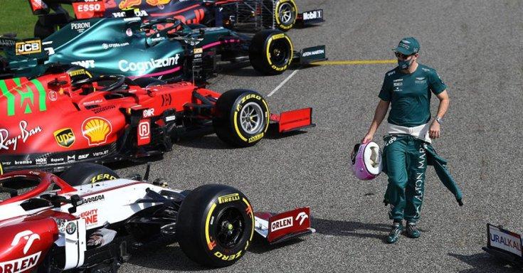 Sebastian Vettel és a mezőny több csapatának az autója egymás mellett