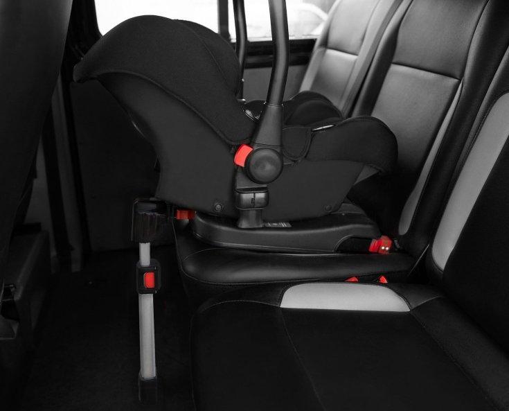 ISOFIX-rendszerű, kiegészítő rögzítő talppal ellátott babaülés egy autóban