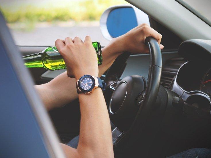 autóvezető sört iszik