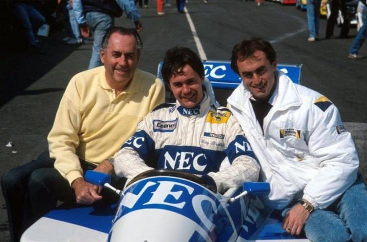 Jack, Gary és David Brabham egy F1-es verseny előtt egy autón.