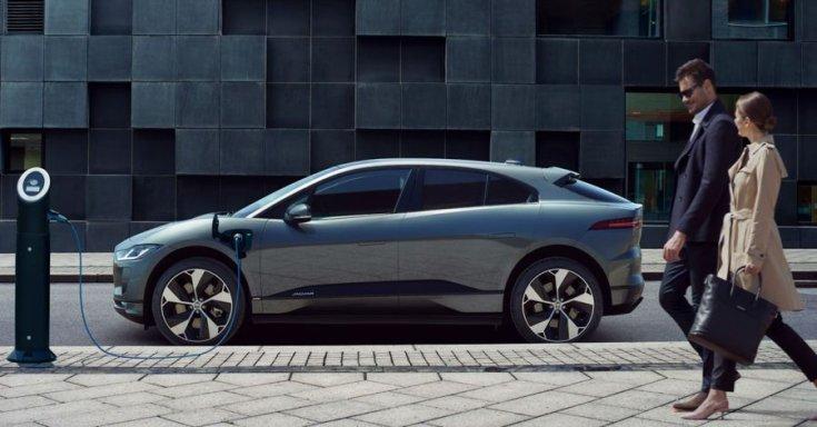 Jaguar e-Pace elektromos autó töltőn