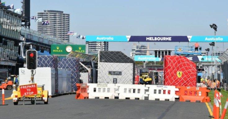 Forma-1-es csapatok csomagjai az Ausztrál Nagydíj helyszínén