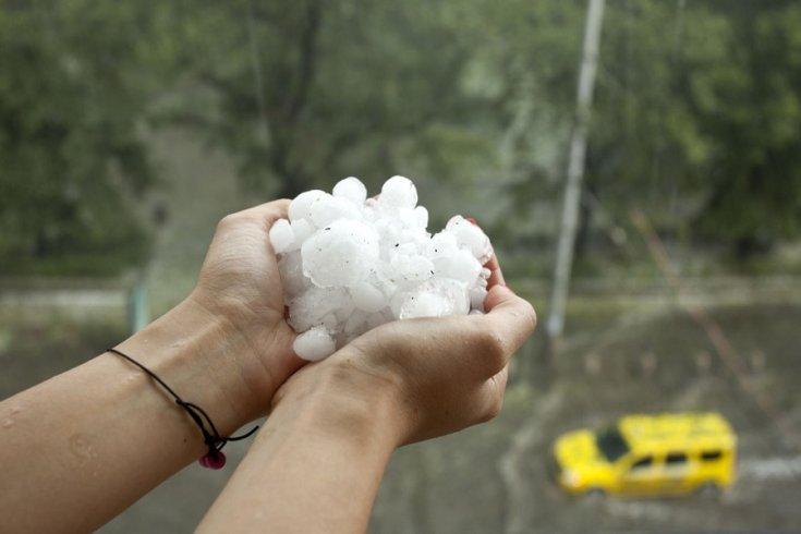 lehullott jégdarabok egy ember markában