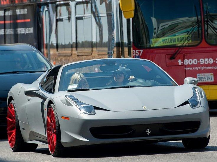 Kylie Jenner egy Ferrari volánja mögött féloldalról