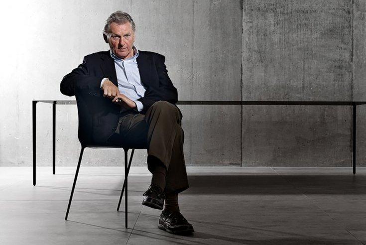 John Barnard egy széken ülve
