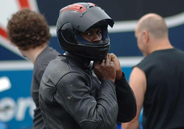 Michael Jordan egy motoros teszten bukósisakban