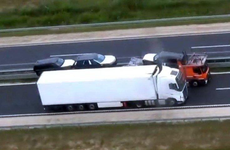 Kamion előzése az M86-os autóúton