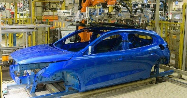 Készül egy autó a Ford németországi gyárában