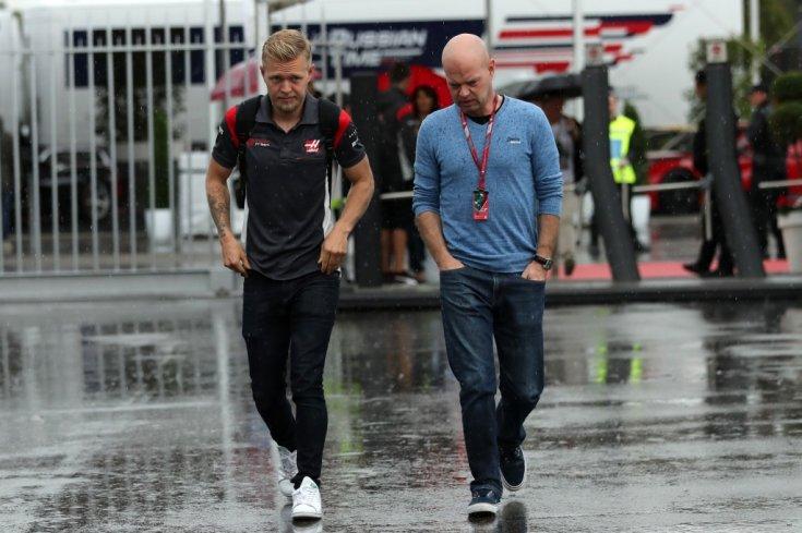 Kevin és Jan Magnussen a Paddockban egymás mellett egy F1-es versenyen