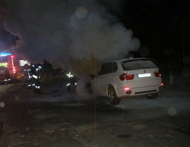 Kiégett BMW éjjel az úton