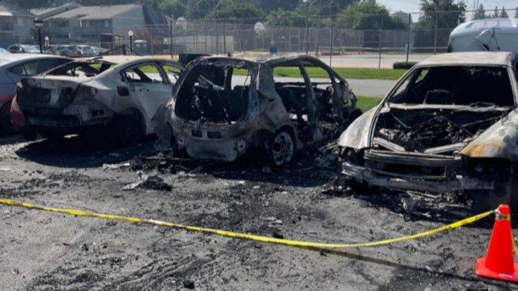 Kiégett autók egy parkolóban