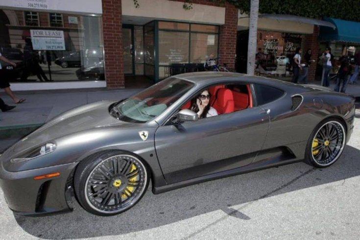 Kim Kardashian egy Ferrari volánja mögül, oldalról