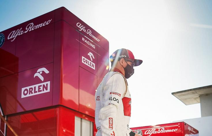 Kimi Räikkönen az Alfa Romeo színeiben a paddockban oldalról