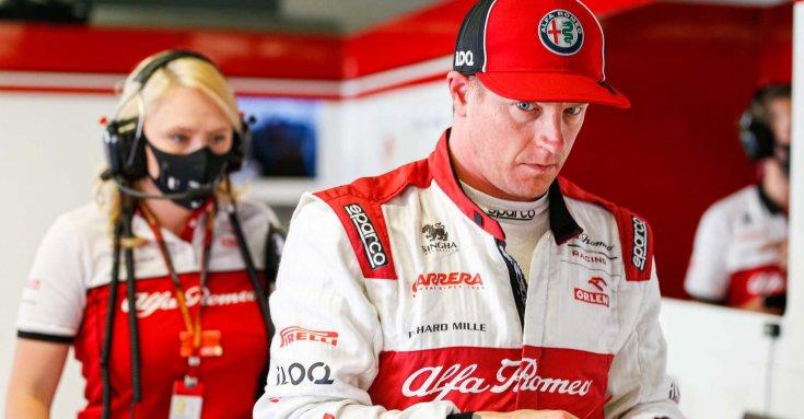 Kimi Räikkonen az Alfa Romeo garázsában szemből