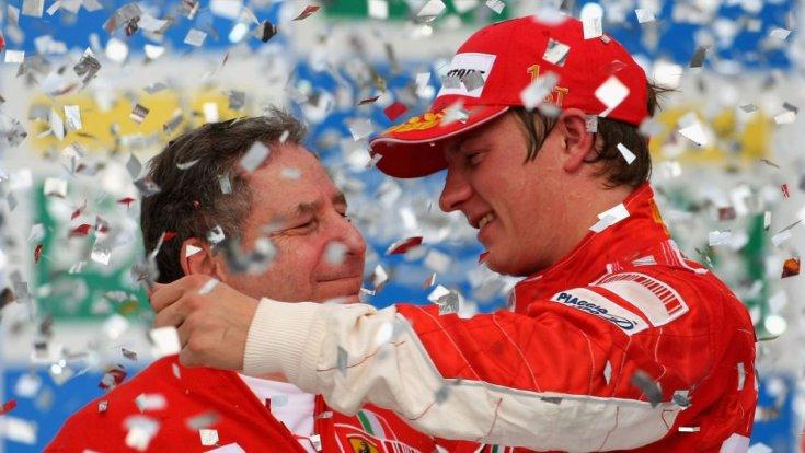 Kimi Räikkönen Jean Todt mellett egy pódium ceremónia közben