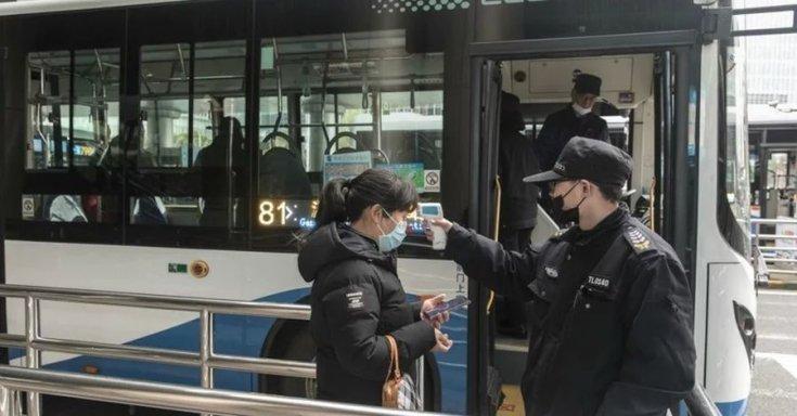 lázmérőzés busz előtt