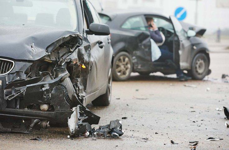 Közúti balesetben összetört autók