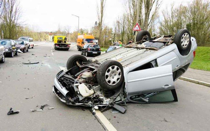 Közúti baleset felborult autóval