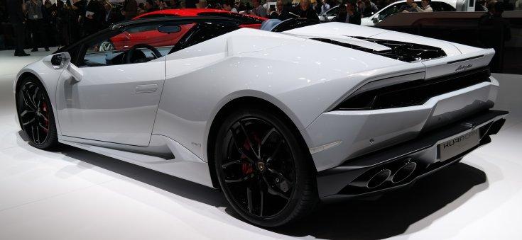 Fehérre festett Lamborghini Huracán LP 610-4 Spyder oldalról