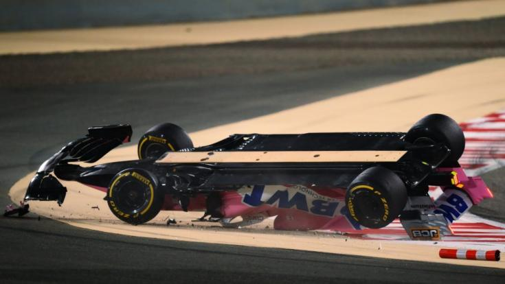 Lance Stroll fejre fordult Racing Point versenyautója oldalról a baleset után