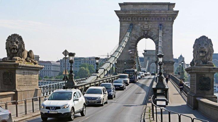 Lánchídon közlekedő autók
