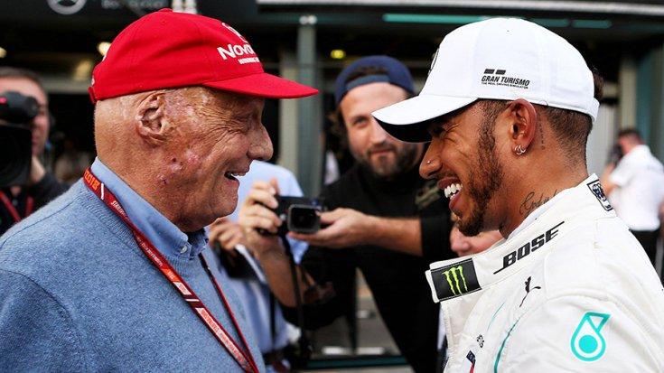 Niki lauda és Lewis Hamilton oldalról fotózva